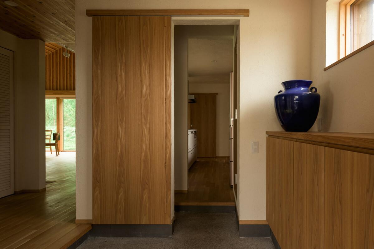 キッチン、リビング・ダイニングそれぞれにアクセスできる2way玄関。キッチン側は引き戸で仕切ることもできる