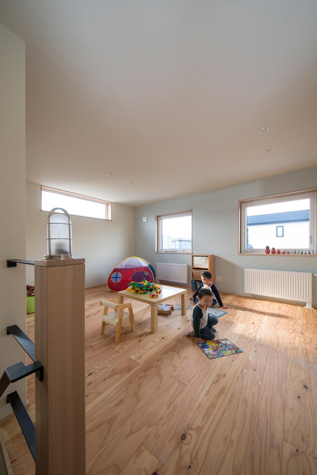 2階の半分を占めるホールがそのまま子ども部屋