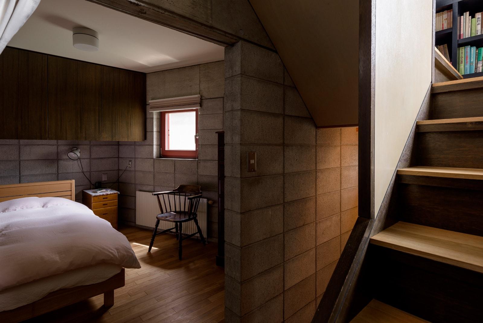 こもることができる落ち着いた階段脇の個室