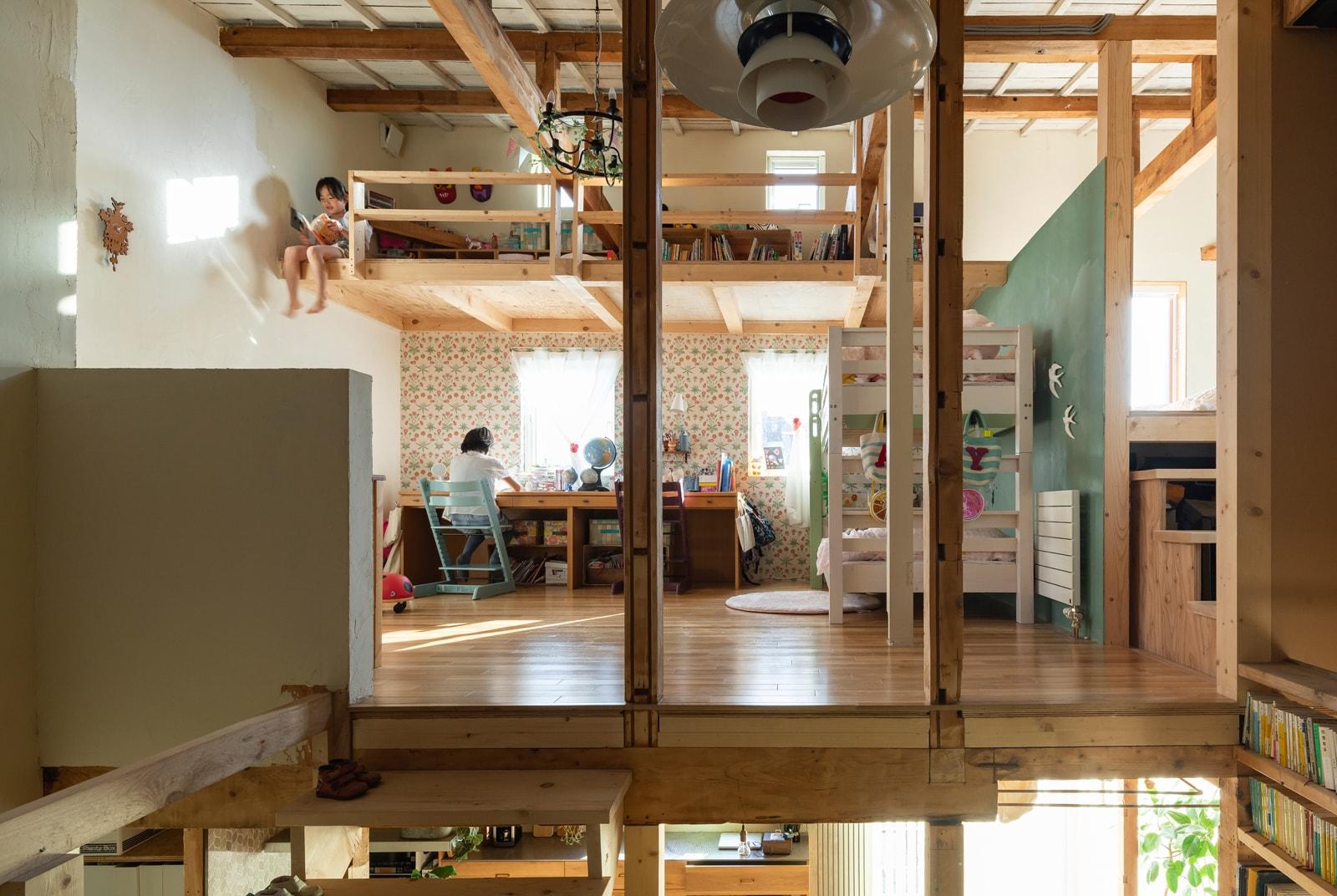 上・下・横の各方向に抜けがあるオープンな子ども部屋。部屋の一部がそのまま通路に。姉妹の2段ベッドからロフトへ出入りできる