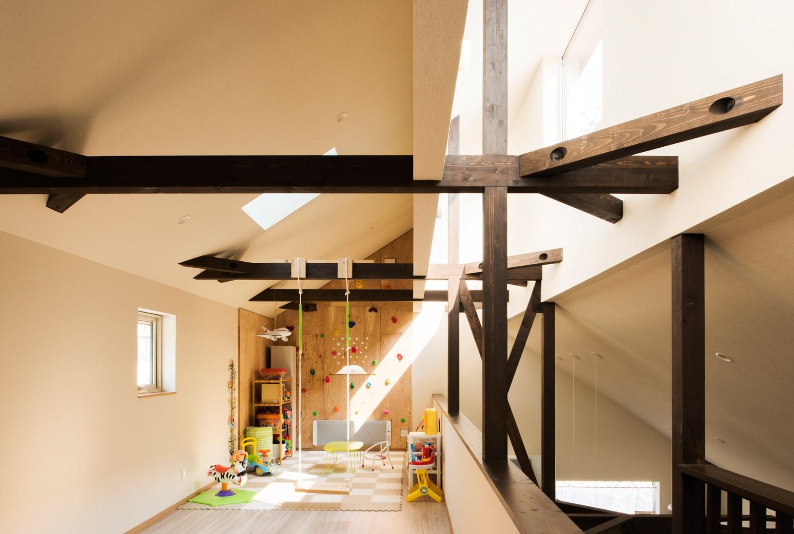 ロフト風に設えられた2階全面のフリースペースすべてが子どもたちの空間。ブランコやクライミングウォールも設置されている