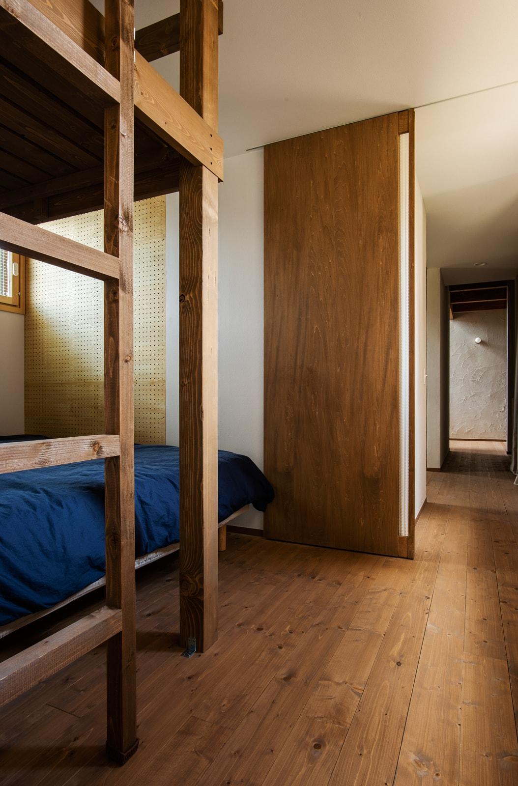 勉強部屋から奥に進むと、2段ベッドを置いた寝室空間が出てくる