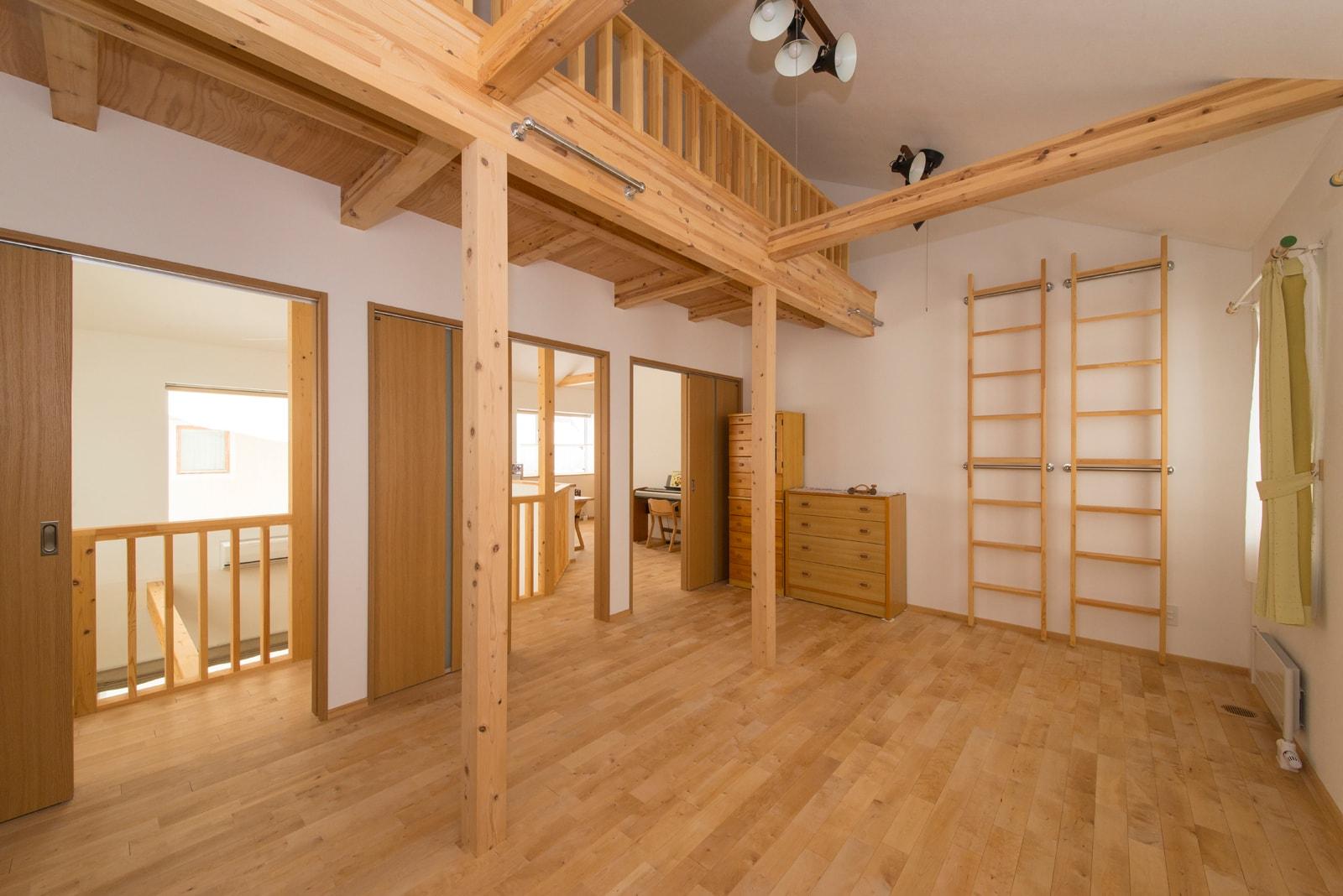 約20㎡の広い子ども部屋。子ども3人を想定し、3部屋に仕切られるようになっている。寝床は天井高を利用した広いロフト