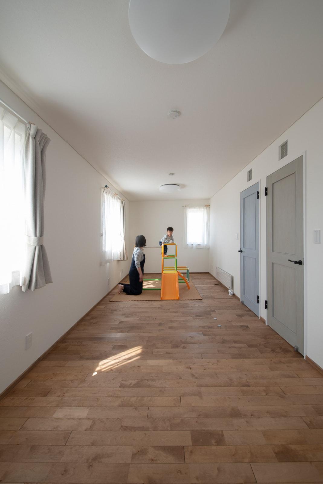 広々とした子ども部屋。将来用途に応じて2部屋に分割できるようそれぞれにドアや収納をつけた