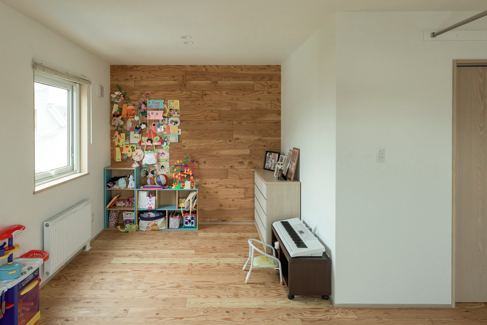 床・壁に構造材の合板を活用し、家全体の雰囲気を維持しつつもテイストの違う空間に。合板なので傷などもあまり気にならない
