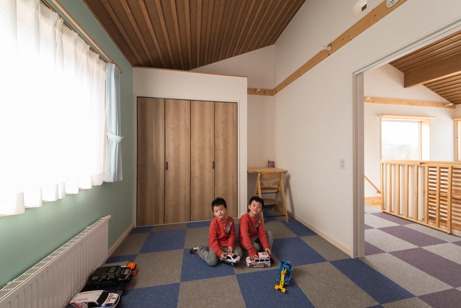 子どもが怪我せず遊べるよう、部屋と2階廊下の床はタイルカーペット仕上げに