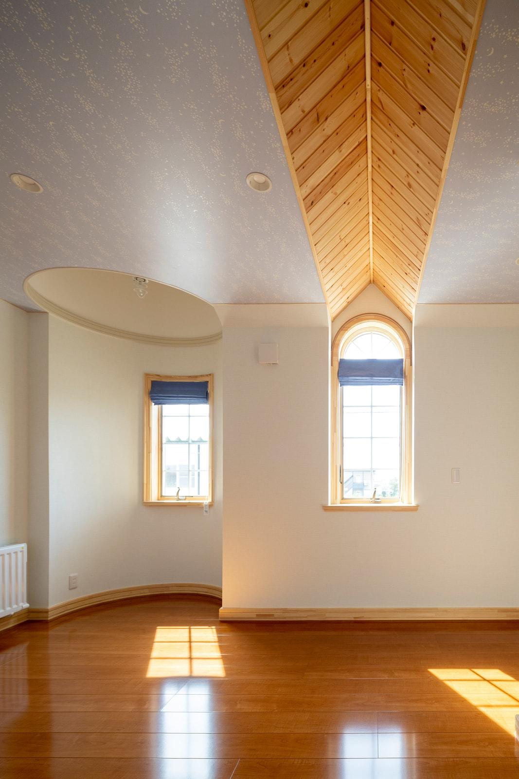塔のある複雑な形状を生かした個性的なレイアウトの部屋