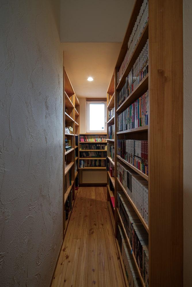 「図書館」をコンセプトに本棚を造作した家族全員が使える図書コーナー