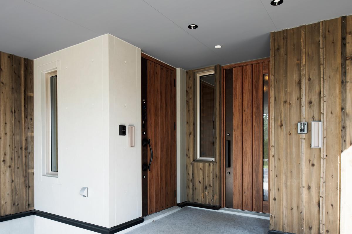 道南スギの板張りで自然の風合いを取り入れた玄関とポーチ