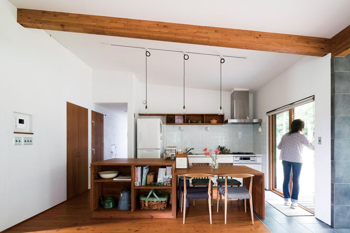 梁を見せたキッチン。アイランド型も検討したが、油はねで床が汚れることを考え壁付けタイプに