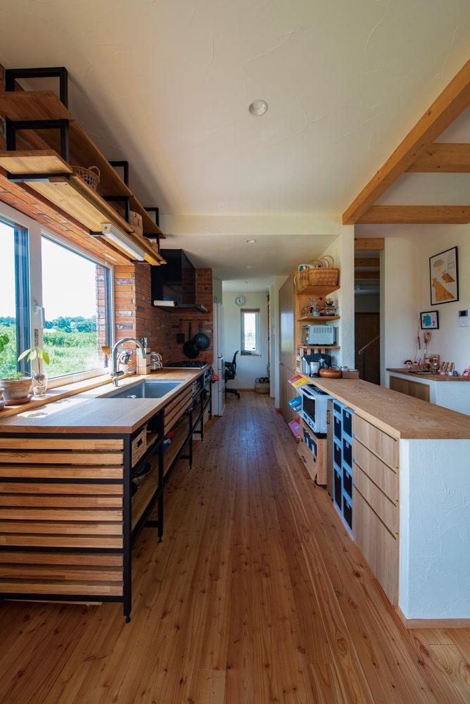 木とアイアンで造作したキッチンは見せる収納で鍋類も取り出しやすく便利