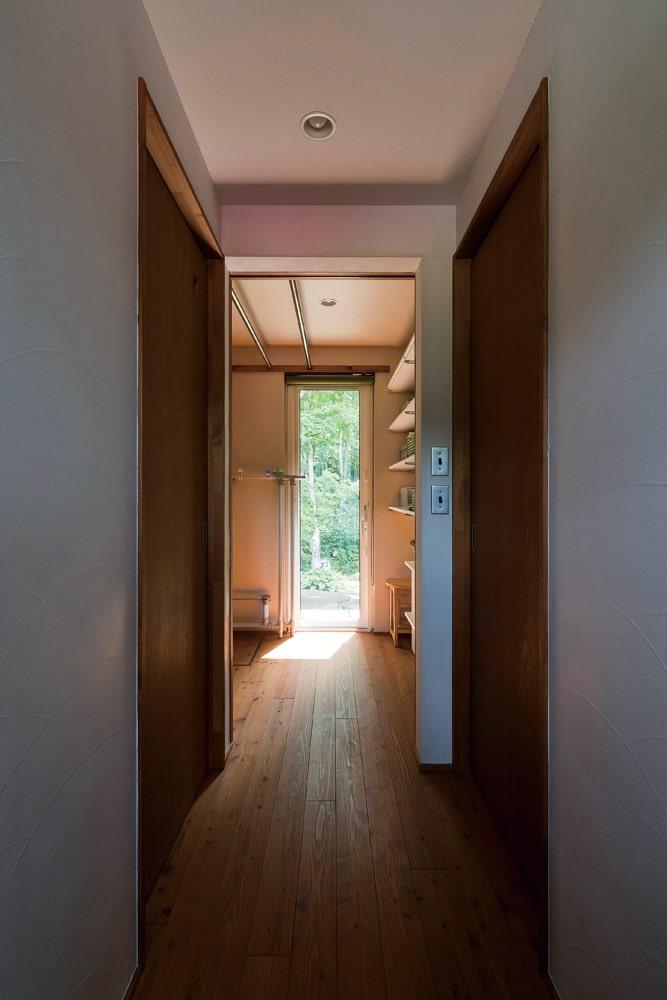 室内で洗濯物を干すことができるユーティリティ。庭に面しており外気の入る気持ちのいい空間