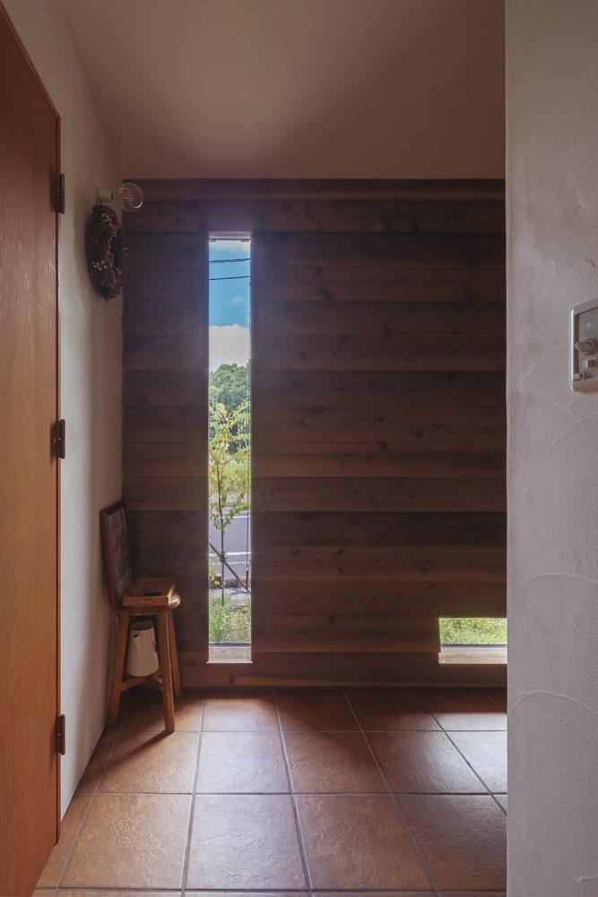 明かり取りのスリット窓。冬はこの窓の正面にある薪ストーブの炎が外からちらりと見える演出も計算されている