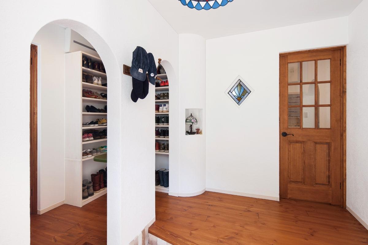 玄関を入ると、右のドアがリビングへ、左側はシューズクロークとパントリーを経てキッチンへ