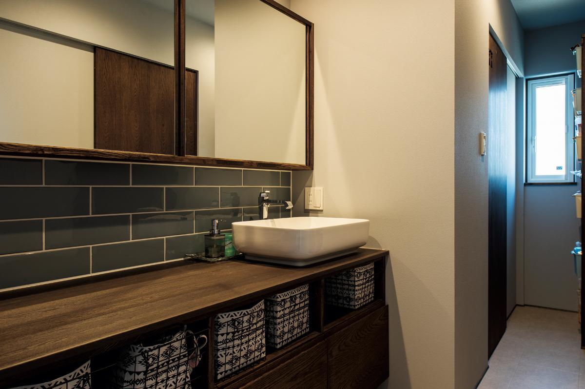 洗面台は将来、娘さんたちと並んでの身支度も余裕の広さ。引き戸のミラーキャビネットもこだわりのポイント