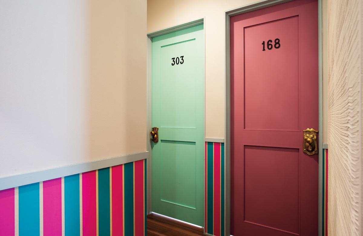 子ども部屋の扉の色や、腰壁のアクセントクロスは、ありったけの色見本とクロス帳を見て決めた