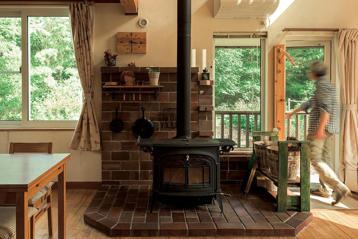 8年を経て、レンガづくりの炉台まわりにも風合いが感じられる。薪ストーブの横から庭へダイレクトにつながる動線もポイント