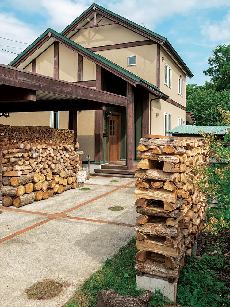 庭の一角に薪棚。ガレージの下にも薪を積んでいる