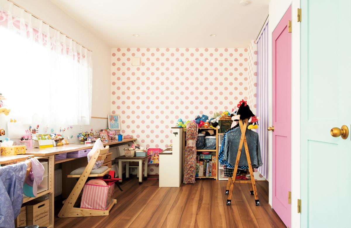 子ども部屋のクロスやロールスクリーンも、水玉・ストライプ・星形などカラフルでポップ