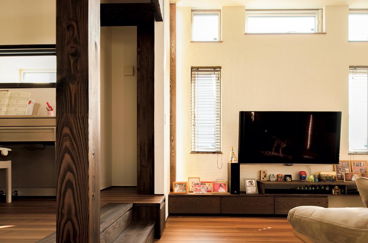 壁側にあるリビングの間接照明には、梁と同じ無垢材のカバーを設えた