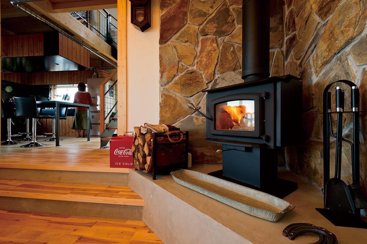 安全面やメンテナンス性を考慮して、床面を50cmほど高くして薪ストーブを設置。石積み風の炉台が山小屋のような雰囲気