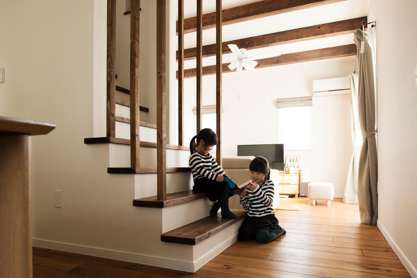 エアコンの暖かい空気が家中を巡る。姉妹にとってはLDKすべてが遊び場