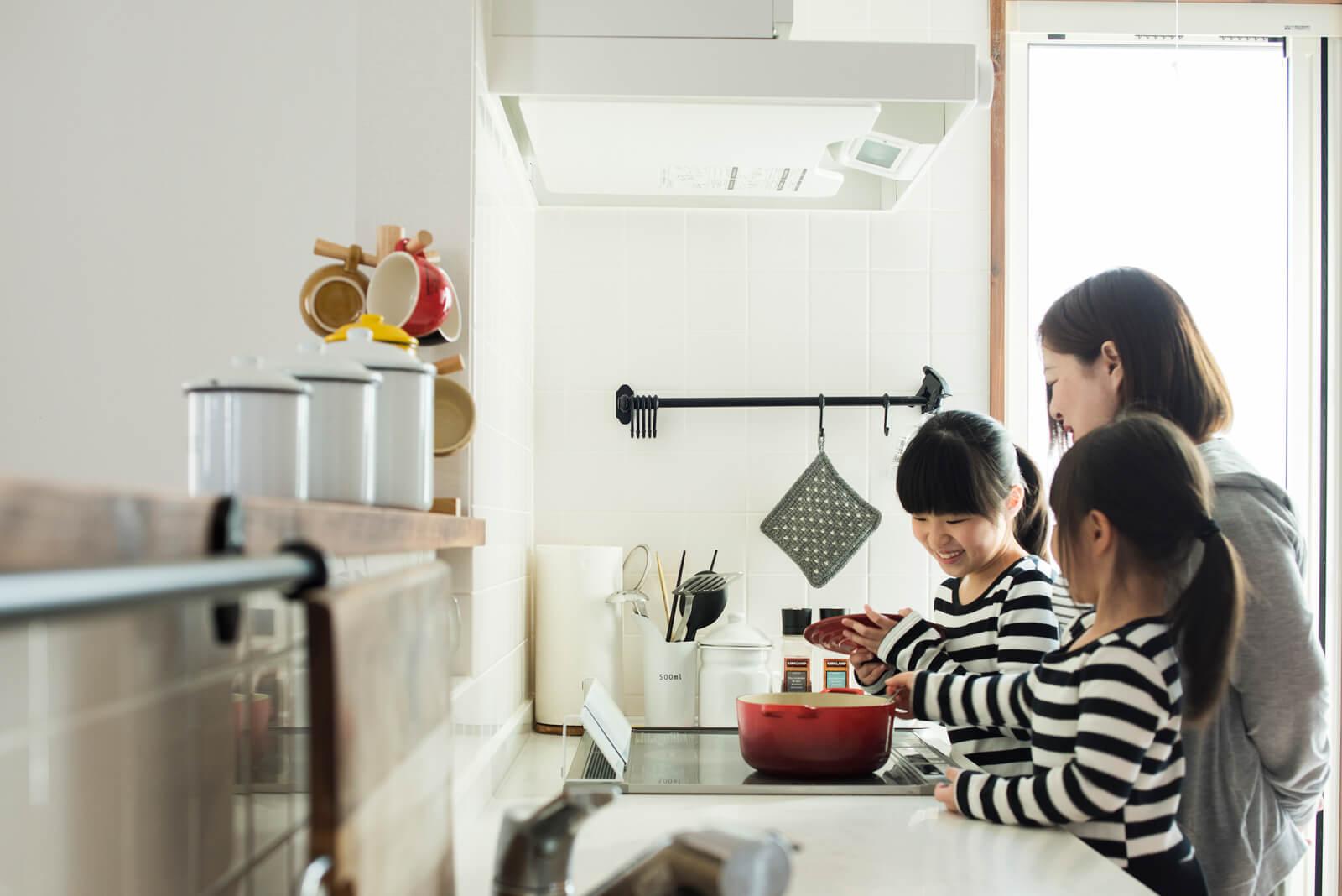 IHクッキングヒーターは火を使わないので、安心して子どもをキッチンに入れることができる