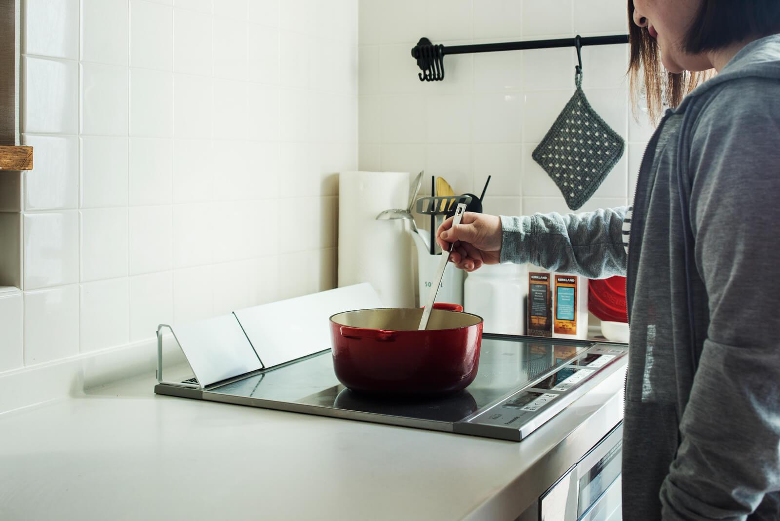 Yさん宅のキッチンは、壁面にも白いタイルを張って、より清潔に使えるようにした