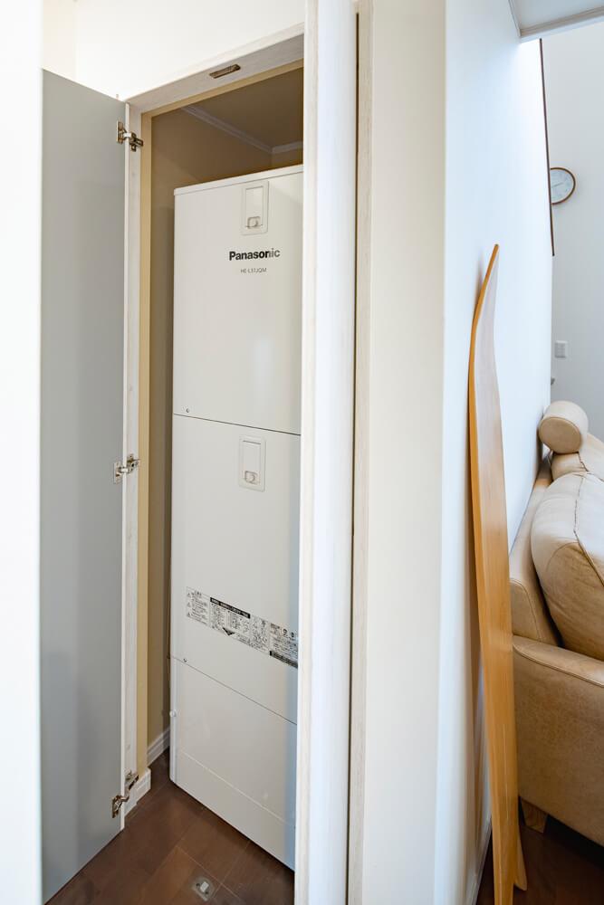 Kさん宅のエコキュートは、デッドスペースになりやすい階段下空間にすっぽり収納し、無駄をなくした