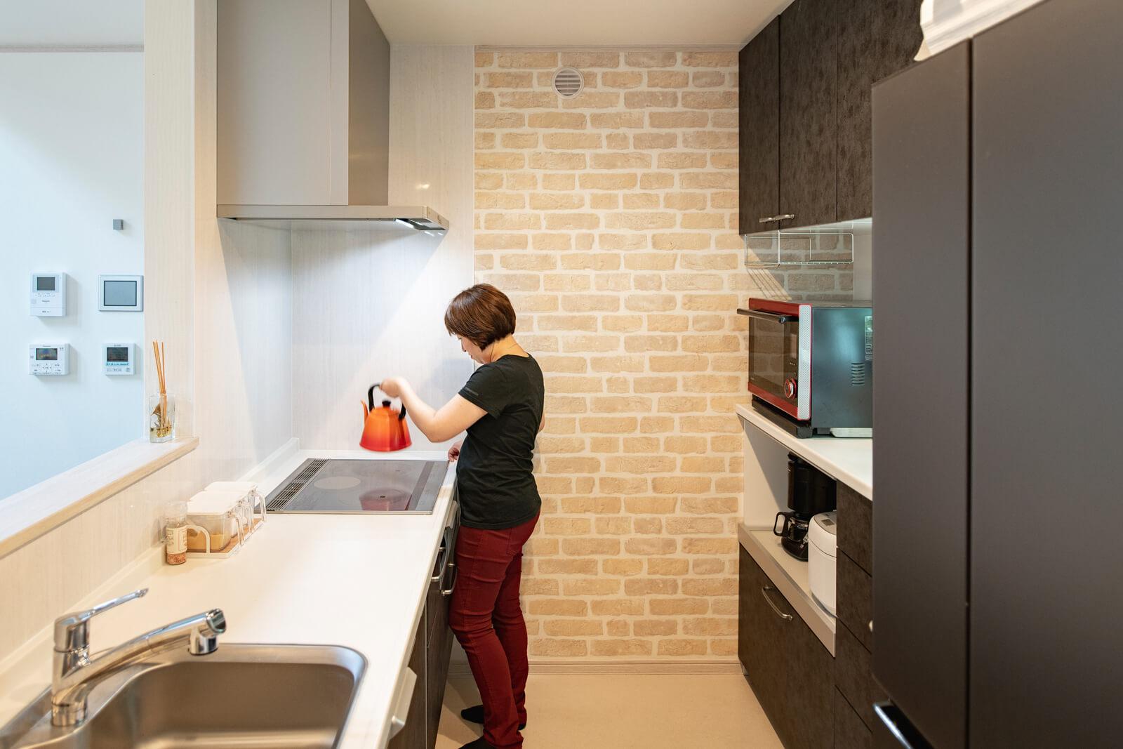 Kさん宅のキッチンは壁面収納もたっぷり設けて、さらに使いやすい