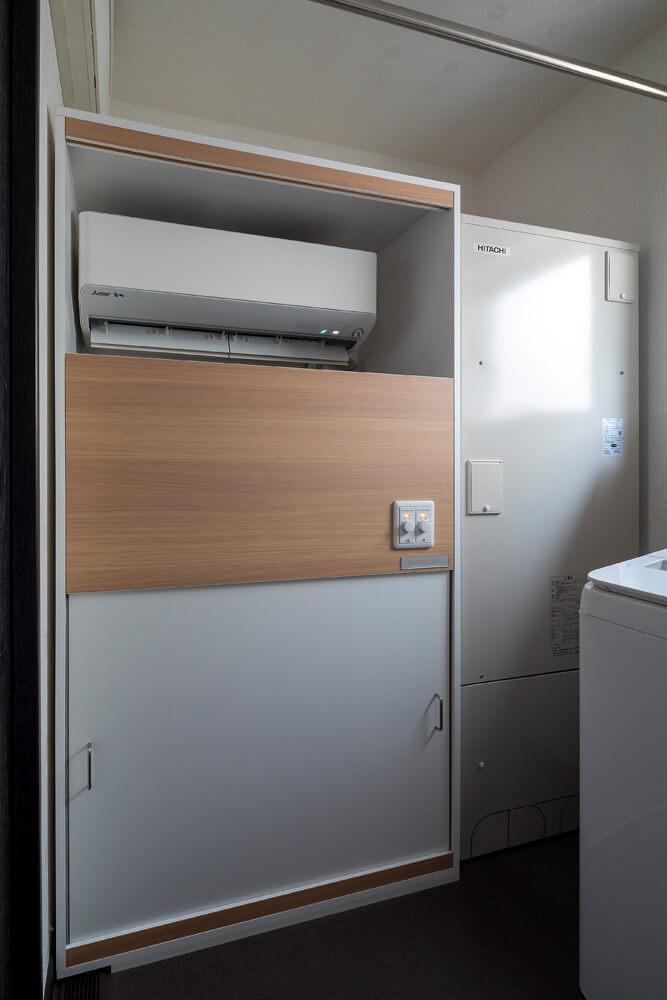 エアコンを内蔵した全館空調ユニットとエコキュートが、ユーティリティの一面に収納されている