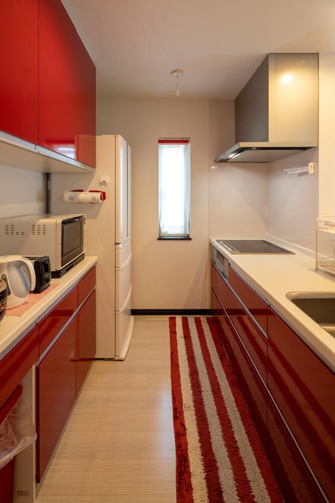 レッドが効いているFさん宅のキッチン。奥さんは、IHクッキングヒーターのさまざまな機能を有効活用中