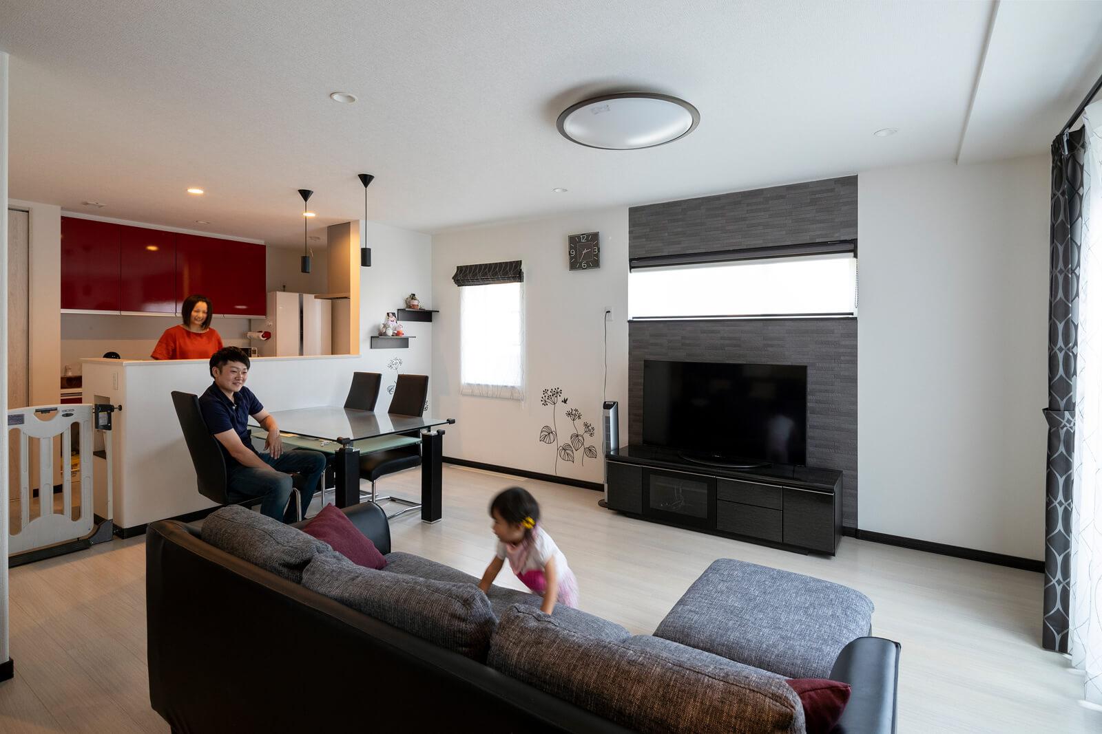 ストーブの火傷の心配がなく、家具の配置なども自由なリビング空間で、子どもものびのび育っている
