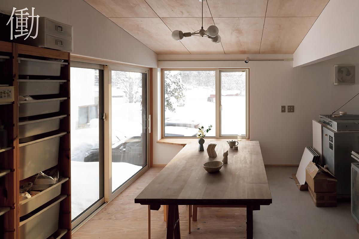 """玄関横にある奥さんの陶芸アトリエは、ラワンべニヤやカラマツの構造用合板、石膏ボードなどを採用。これからの創作活動で空間に""""らしさ""""が加えられるよう、あえてラフに仕上げた"""