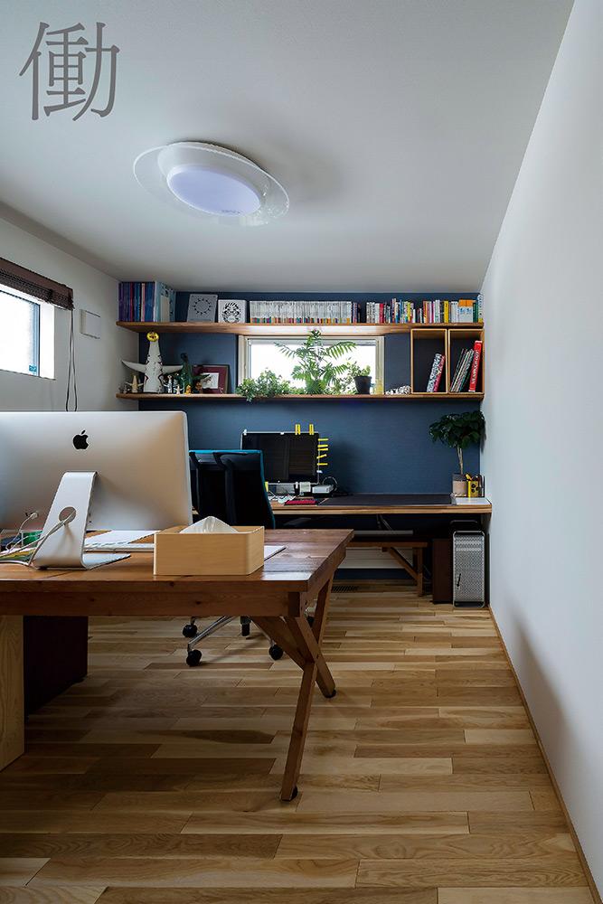 在宅仕事のIさんの書斎は、ネイビーのアクセントクロスで気分を切り替え