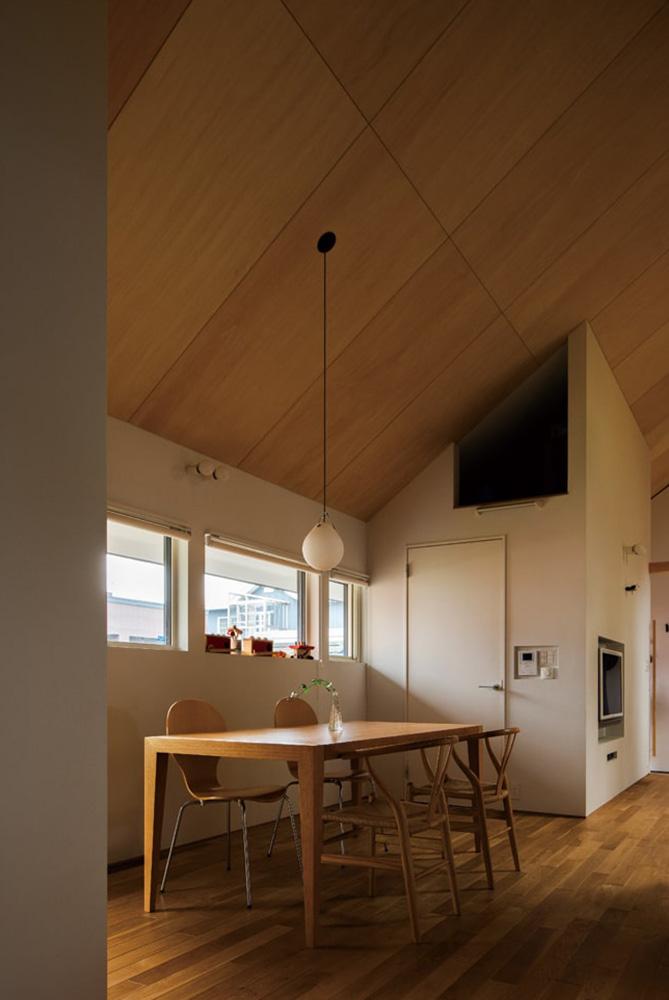 明るさと開放感をもたらす天井高で、清々しい空気の流れるダイニングスペース。勾配を有効活用した収納スペースも便利