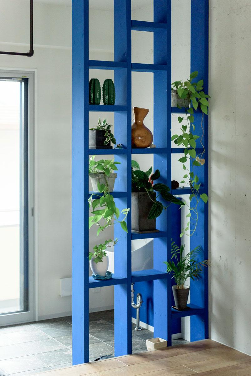 造り付けのパーテーション兼飾り棚も、同じブルーに