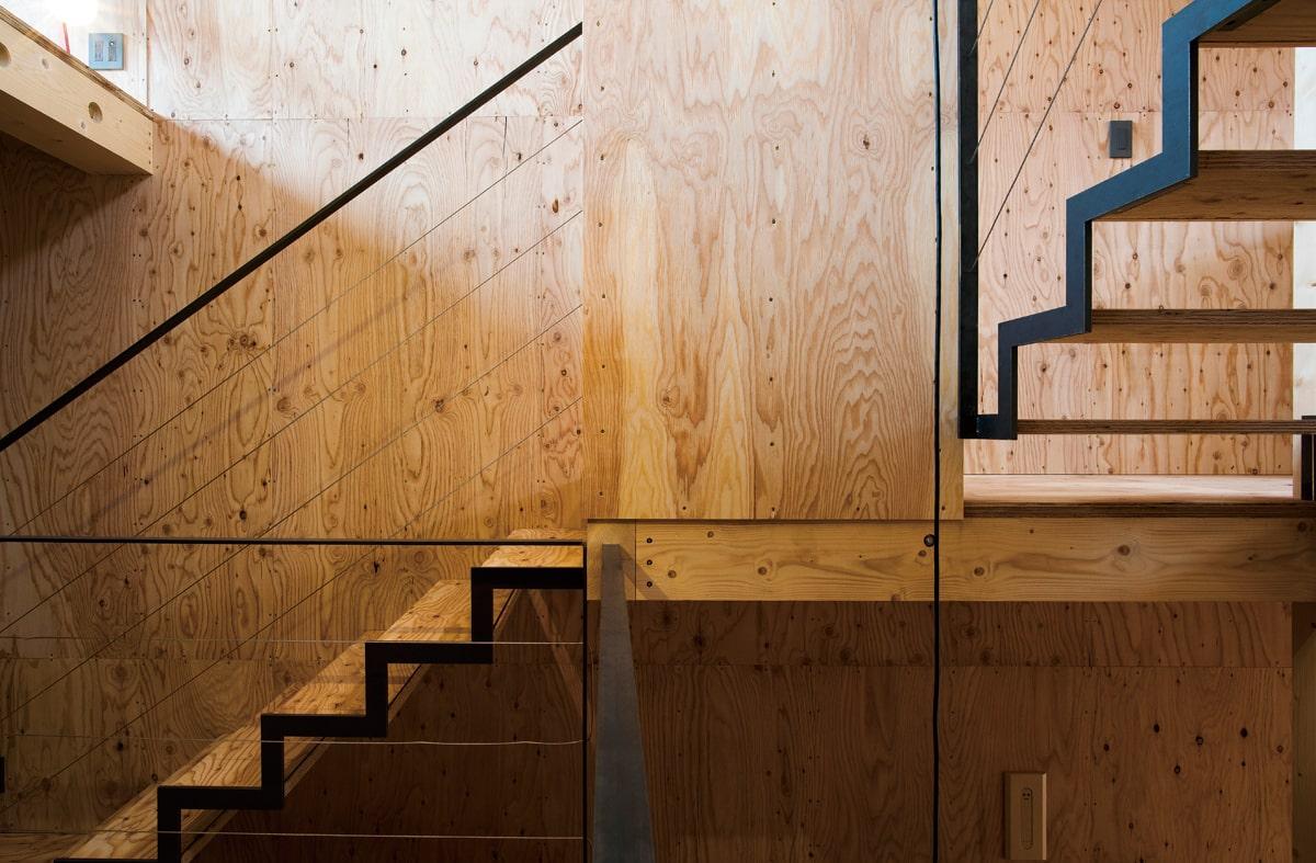 建物の中心部に配置された階段は、立つ位置によってさまざまな表情を見せる。あえて表面加工をしていない鉄の経年変化も楽しみとのこと