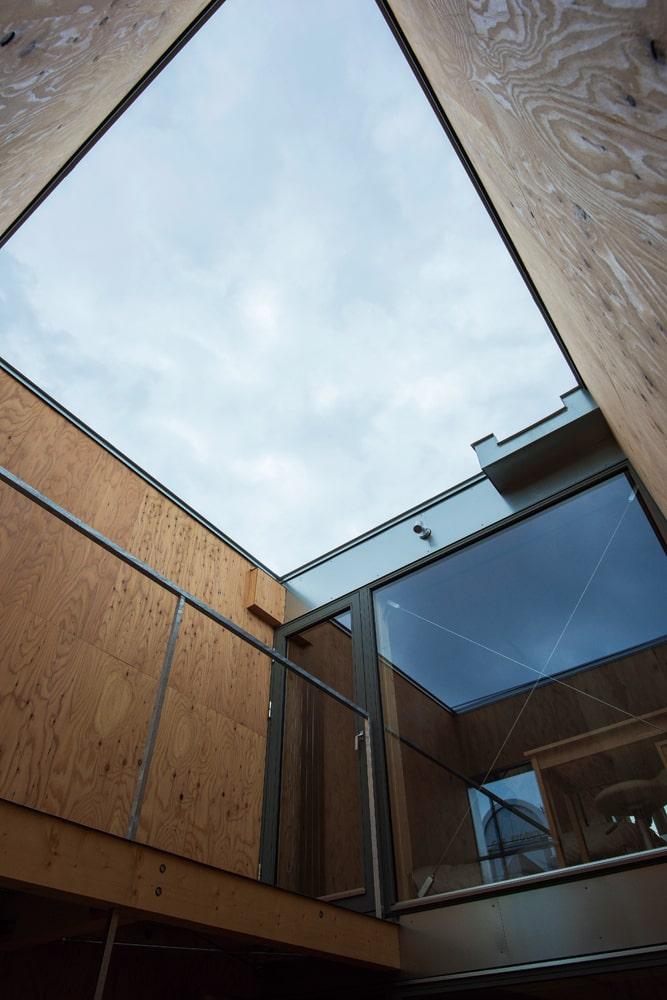 2階テラス1から3階フリースペース1方向を見上げる。2カ所ある屋外テラスは採光に加えて室内の開放感を増す役割を担う