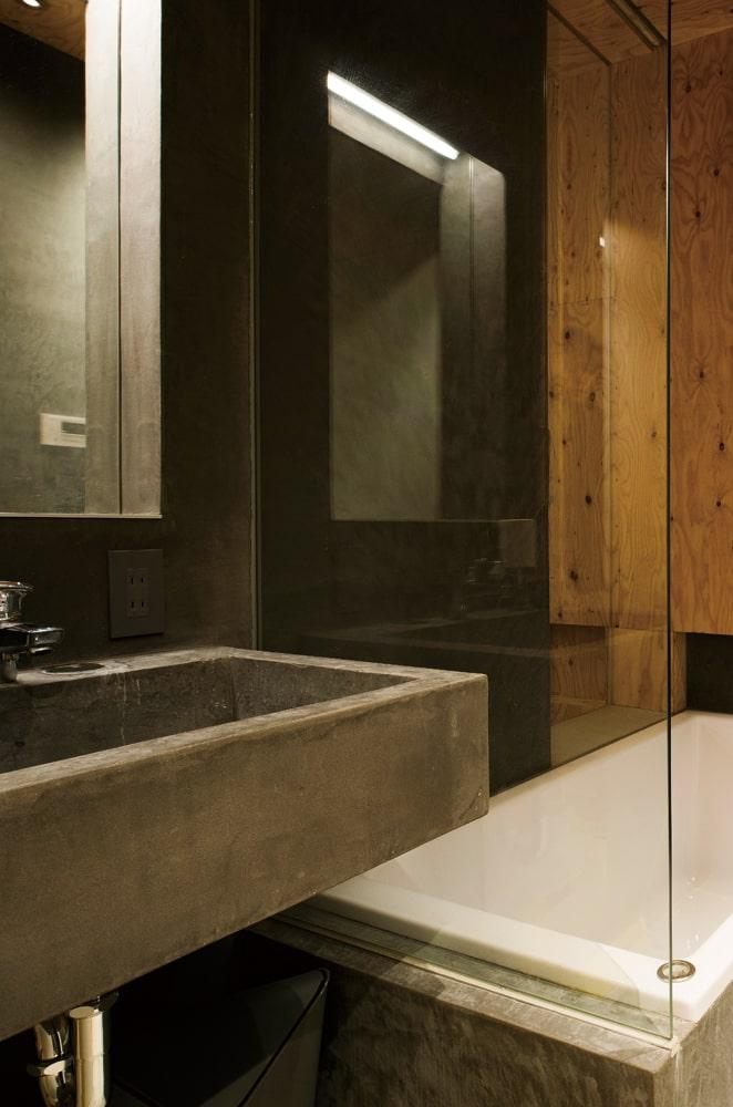 洗面と浴室はコンパクトで使い勝手の良さそうなシンプルなつくり。間仕切りを極力無くしたリラックス空間