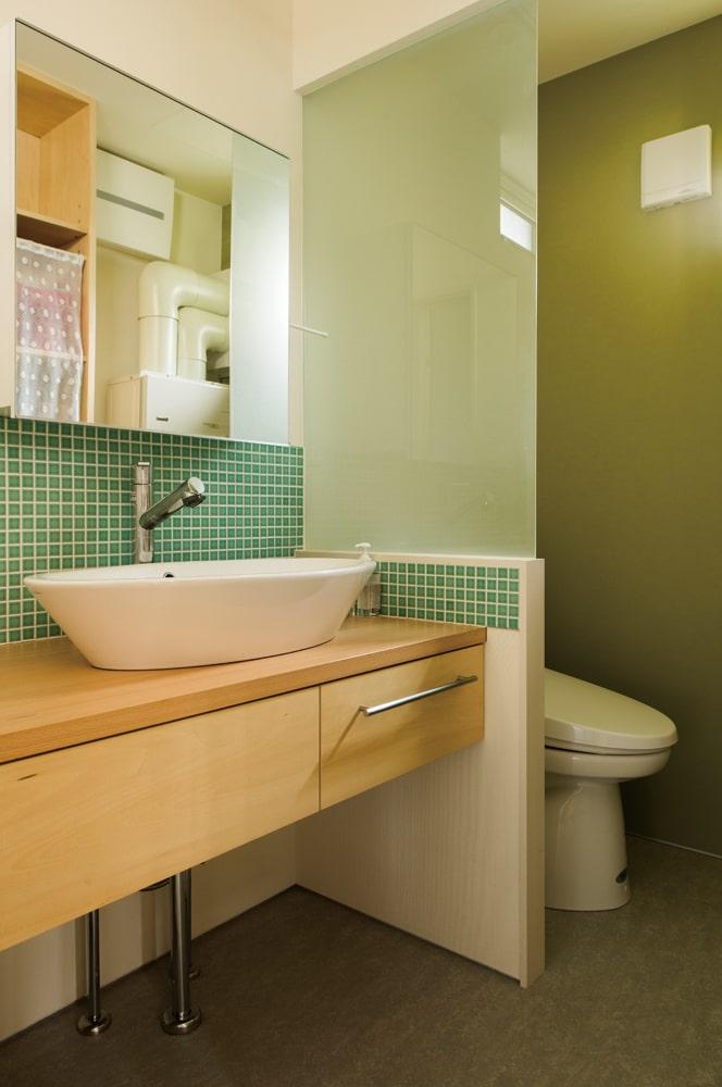 トイレ扉をつけずに、広々とした空間となった洗面所スペース