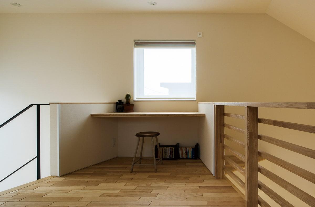 広い2階の階段ホールには、書き物や読書ができる書斎スペースが設けられている