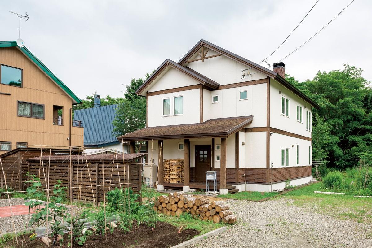 Uさんが購入した200坪の土地は、希望よりも広すぎたため、公道側の一部を売却。雑木林と小川に近い場所に、住まいを建てた
