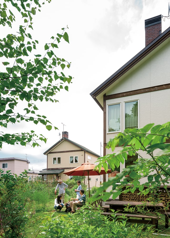 400坪の土地を分け合った隣家とは庭でつながり、緑あふれるコミュニケーション空間になっている。「野菜をいただいたり、菜園づくりを教えていただいたり。こういうご近所付き合いができたのも、北清建設さんのおかげですね」と、奥さん