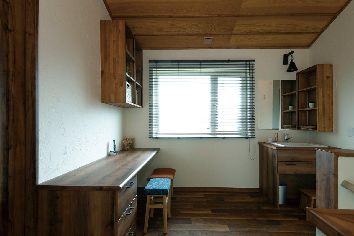 階段を上がったところに設けた多目的に使えるフリースペース。家族用の洗面台やカウンターデスクは造作