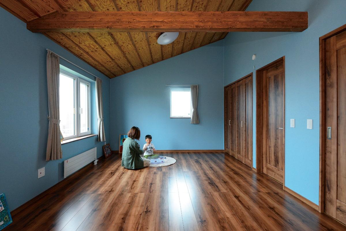 子ども部屋は空を思わせるブルーの壁に。男の子が二人なので、将来は2部屋に区切ることも可能
