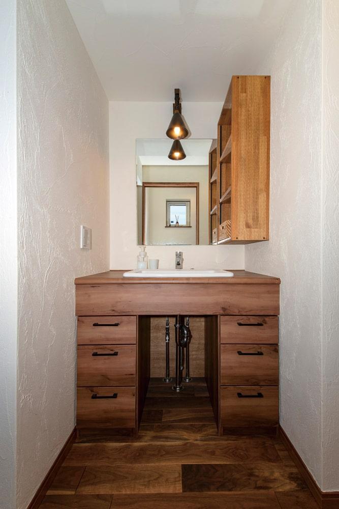 床材に合わせて造作した洗面スペース。ユーティリティの外に独立しているので使い勝手も抜群だ