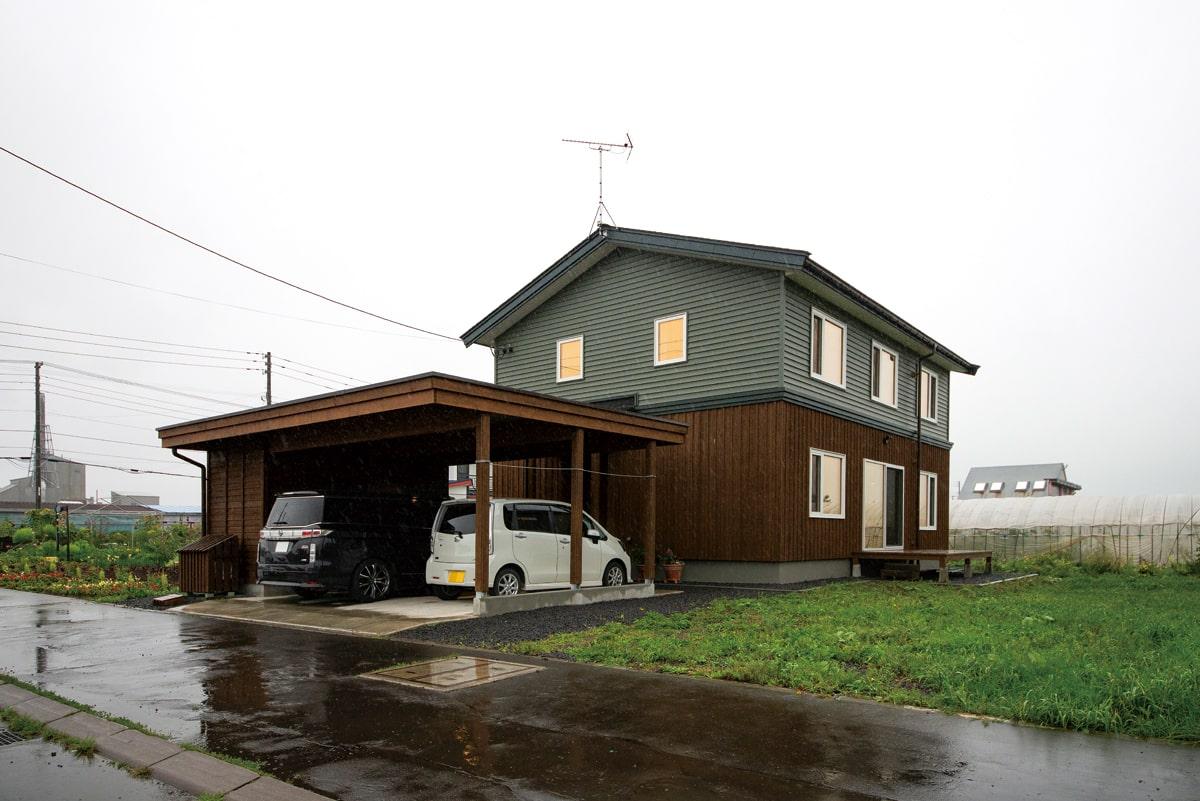 玄関からつながるカーポートと物置もトータルデザイン。建物と調和してしっくりと馴染んでいる