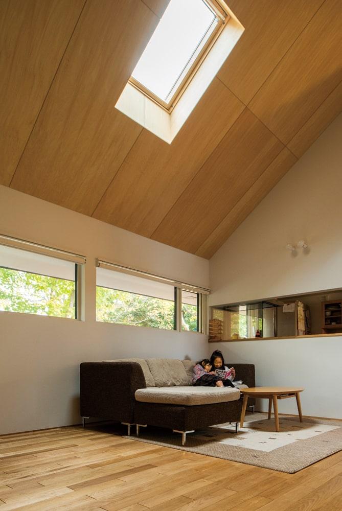 天井の高さが、面積以上の広がりを実現。「家族構成で間取りを考えることはせずに、シンプルに住まいとしての快適さを追求しました」とWさん