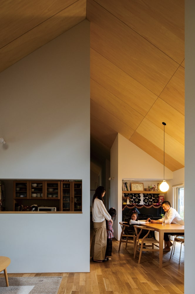 「大きな三角屋根でつながる仕切りのあるキッチンや、オープンなLDKが同居する自由な空間がとても好きです」とWさん
